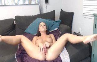 Image Abigail Mac juega con su consolador frente a la webcam