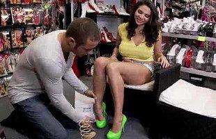 Image Tetona seduce al dependiente con sus bonitos pies