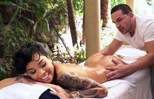 Image El masajista no pudo evitar metérsela a la sexy negrita