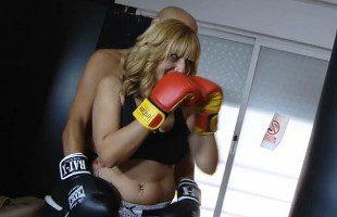 Image La boxeadora prefirió sudar follándose a su entrenador