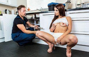 Image El fontanero rellenó su coño en medio de la cocina