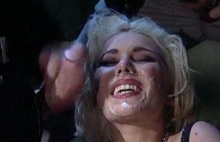 Image Sonríe mientras llenan su cara de semen varios de sus follamigos