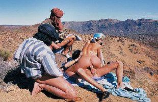 Image Sexy árabe folla con varios beduinos en el desierto