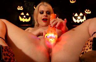 Image Celebra Halloween antes de tiempo masturbándose el coño