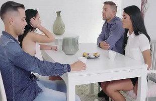 Image Quedan para cenar y acaban intercambiando las parejas