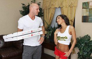 Image Pide una pizza y le da a la repartidora la propina de su vida