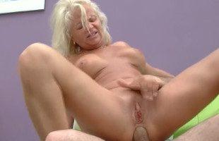 Image Visita a su abuela y acaba abriéndole el culo a pollazos