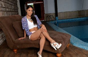 Image Carolina Abril flirtea en la piscina hasta terminar follando duro