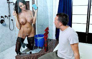 Image Ariella Ferrera limpia su ducha y se lo folla duramente