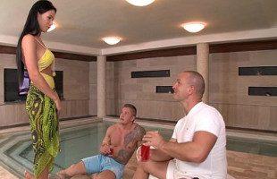 Image Disfrutaron de la camarera del spa en un trío salvaje