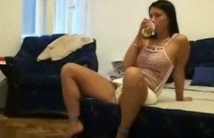 Image Tras unas copas, juega con su coño y monta sobre su amigo