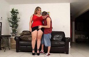 Image Su vecina gordita le invita a probar sus curvas en el sofá