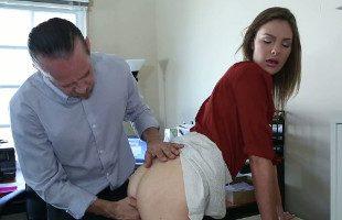 Image Su empleada recibe un duro castigo en forma de enculada