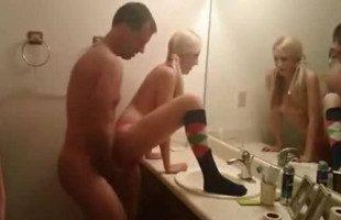 Image Flaca amateur espera a su chico en el baño para follar