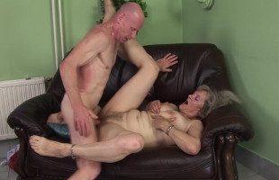 Image Tiene una suegra muy necesitada y decide hacerle un favor