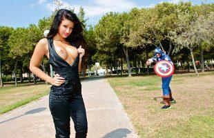 Image Susy Gala pone a prueba el rabo del gran Capitán America