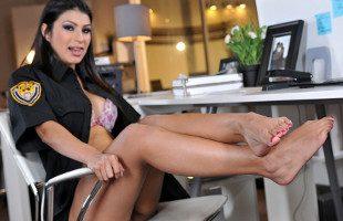 Image La agente de policía seduce a su compañero con sus pies