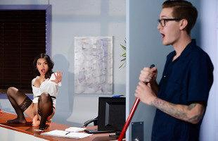 Image Cindy Starfall se folla al bedel en el cuarto de mantenimiento