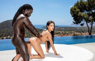 Image Apolonia Lapiedra disfruta de la piscina y del rabo de un mulato