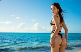 Image Guapa modelo sucumbe al fotógrafo y se lo folla en la playa