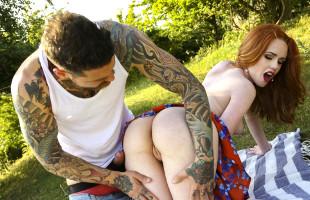 Image Ella Hughes invitó al jardinero a su picnic y a probar su coño
