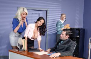 Image Disfruta de las secretarias tetonas en un trío en la oficina