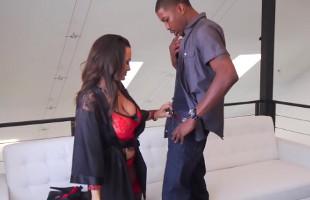 Image Lisa Ann usa sus armas de mujer para seducir a un joven mulato