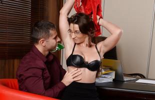 Image Secretaria tetona entrega su culito para un empleado en la oficina