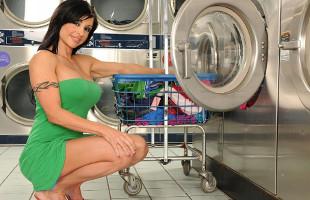 Image Jewels Jade va a la lavandería y termina follada sin piedad