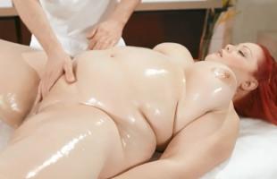 Image Pelirroja obesa deja que el masajista pruebe su rico chochito