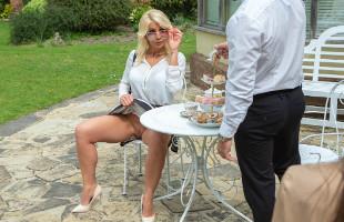 Image Milf cachonda seduce al camarero hasta recibir un buen polvete