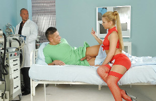 Image Bibi Noel deja que el doctor y su paciente perforen sus agujeros