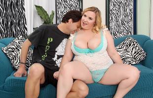 Image Le encantan las chicas obesas y lo demuestra con una guapa rubia