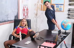 Image Pilla a la profesora con un  vibrador y decide echarle una mano