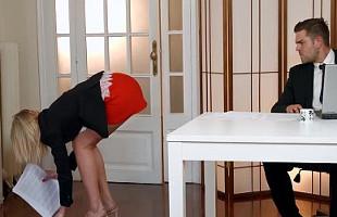 Image Su secretaria rusa le regala un polvete en pleno despacho