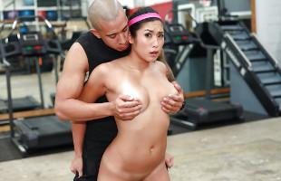 Image Va al gimnasio y el calentón le hace follarse a su entrenador
