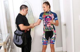 Image Guapa ciclista necesita un masaje pero recibe un polvete