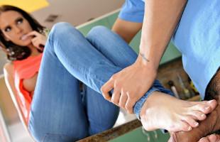 Image Seduce al fontanero asiático usando sus lindos pies en la cocina