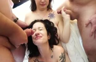 Image Zorra emo acaba bañada en lefa en compañía de su amiga