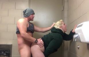 Image Rubia obesa se folla a un camionero en unos baños públicos