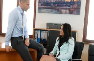 Image Joven secretaria se gana un aumento tras follarse a su jefe