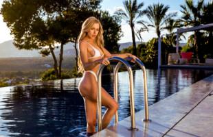 Image Lexi Belle liga en sus vacaciones y folla en la piscina del hotel