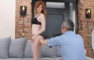 Image Rusa pelirroja acaba gozando de sexo duro en un casting