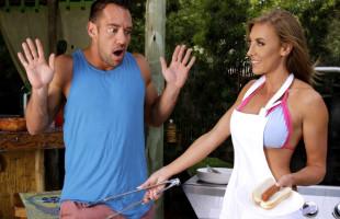 Image Su vecina le invita a comer y acaba comiéndole la salchicha