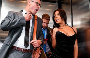 Image Autumn Falls seduce a un chico en el ascensor hasta follárselo