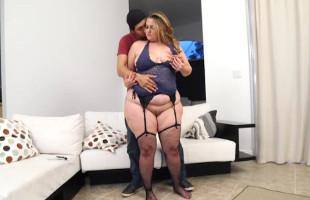 Image Rubia obesa llama la atención de su marido y follan en el sofá