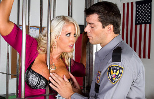 Image Alura Jenson disfrutó cada segundo con el cacheo del policía