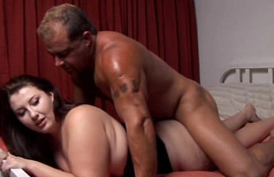 Image Morena gordita disfruta en la cama con un maduro muy fogoso