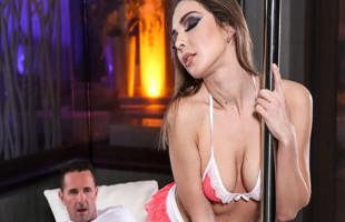 Image Empezó por un striptease y acabó follada sin descanso