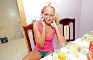 Image Ivana Sugar usa su boca y sus pies para satisfacer a un chico